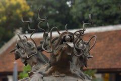 Tres dirigieron el dragón hecho del bronce con la bola de cristal en su boca en el top de la hornilla de incienso antigua en el t Fotos de archivo libres de regalías