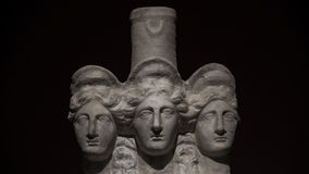 Tres dirigieron la estatua antigua romano-asiática de mujeres hermosas en el bl Fotos de archivo libres de regalías