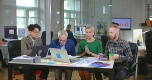 Tres diseñadores que esperan su jefe femenino metrajes
