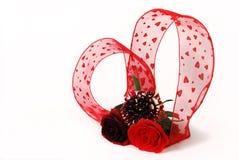 Tres diversas rosas rojas del tinte con r en forma de corazón Fotos de archivo libres de regalías