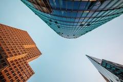 Tres edificios modernos en una perspectiva inusual fotos de archivo