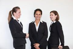 Tres empresarias jovenes multiétnicas imagen de archivo