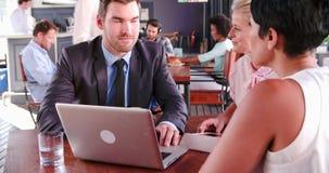 Tres empresarios que tienen reunión en cafetería almacen de metraje de vídeo