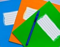 Tres escritura-libros de la escuela y pluma felt-tip Fotos de archivo