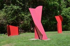 Tres esculturas abstractas rojas del metal en Forest Park, Portland, Oregon Imagen de archivo libre de regalías
