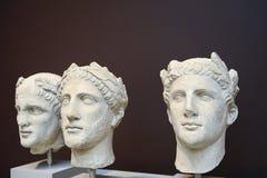 Tres esculturas masculinas de las cabezas en estilo del Griego clásico Imagen de archivo libre de regalías