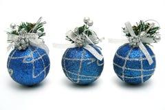 Tres esferas de la Navidad de color azul marino Imagenes de archivo
