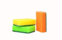 Tres esponjas para los platos que se lavan, colocándose verticales Fotos de archivo libres de regalías
