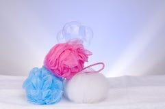Tres esponjas y burbujas de jabón Fotos de archivo libres de regalías