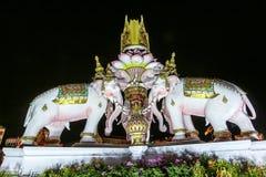 Tres estatuas de Erawan y rey de los símbolos, delante del palacio magnífico, Emerald Buddha Temple, Wat Phra Kaew en Bangkok imagen de archivo libre de regalías