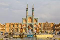 Tres estatuas viejas de los viajeros en Yazd Imágenes de archivo libres de regalías