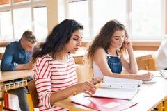 Tres estudiantes de la High School secundaria en el aprendizaje de la escuela Imagenes de archivo