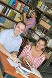 Tres estudiantes en biblioteca imágenes de archivo libres de regalías