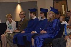 Tres estudiantes gradúan de la escuela casera foto de archivo libre de regalías