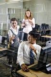 Tres estudiantes universitarios en sala de ordenadores de la biblioteca imagenes de archivo