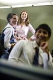 Tres estudiantes universitarios que cuelgan hacia fuera en sala de clase Imagen de archivo