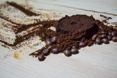 Tres etapas para la preparación del café: grano, machacamiento y la tableta presionada Superficie de madera espresso Barista del  foto de archivo libre de regalías