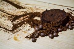 Tres etapas para la preparación del café: grano, machacamiento y la tableta presionada Superficie de madera espresso Barista del  imágenes de archivo libres de regalías