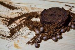 Tres etapas para la preparación del café: grano, machacamiento y la tableta presionada Superficie de madera espresso Barista del  fotos de archivo
