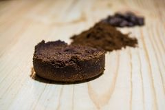 Tres etapas para la preparación del café: grano, machacamiento y la tableta presionada Superficie de madera espresso Barista del  fotografía de archivo