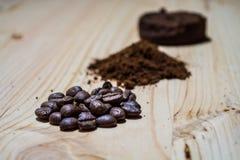 Tres etapas para la preparación del café: grano, machacamiento y la tableta presionada Superficie de madera espresso Barista del  fotos de archivo libres de regalías