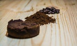 Tres etapas para la preparaci?n del caf?: grano, machacamiento y la tableta presionada Superficie de madera espresso Barista del  fotografía de archivo
