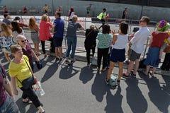 Tres filas de la muchedumbre para los corredores del maratón Foto de archivo