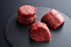 Tres filetes de carne de vaca negros primeros crudos frescos de Angus en el backgroun de piedra imágenes de archivo libres de regalías