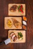 Tres filetes en un tablero de madera foto de archivo
