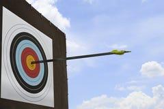 Tres flechas golpearon una blanco del tiro al arco. Imagen de archivo libre de regalías