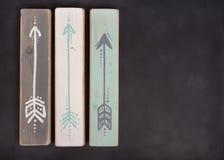 Tres flechas pintadas a mano en una pizarra Fotografía de archivo libre de regalías