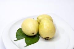 Tres frutas de guayaba en la placa imagen de archivo