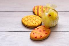 Tres galletas amarillas de pascua con un chik a la derecha imagen de archivo libre de regalías