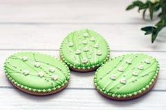 Tres galletas grandes de Pascua en un fondo gris con el mirto Imagen de archivo libre de regalías