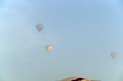 Tres globos del aire caliente en la niebla Fotos de archivo libres de regalías