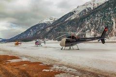 Tres helicópteros en una fila que espera para sacar en las montañas Suiza Fotos de archivo libres de regalías