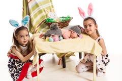 Tres hermanas con los oídos del conejito de pascua Fotografía de archivo