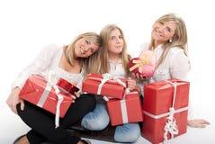 Tres hermanas encantadoras con los presentes Foto de archivo