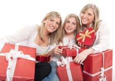Tres hermanas hermosas con los presentes Imagen de archivo libre de regalías