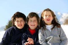 Tres hermanos en las montañas en nieve en invierno imagenes de archivo
