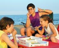 Tres hermanos felices que comen la pizza Fotografía de archivo libre de regalías