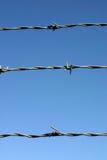 Tres hilos de alambre de púas. fotografía de archivo
