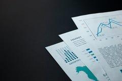 Tres hojas de papel con los dibujos y gráficos firmados con el texto fotografía de archivo