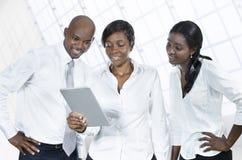 Tres hombres de negocios africanos con la tableta Fotografía de archivo libre de regalías