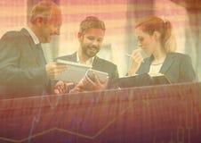 Tres hombres de negocios en el balcón con la capa anaranjada del gráfico de la carta stock de ilustración