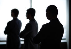Tres hombres de negocios en la oficina Fotos de archivo
