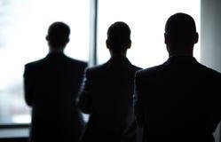 Tres hombres de negocios en la oficina Foto de archivo libre de regalías