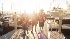 Tres hombres en camisa floral almacen de video