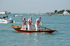 Tres hombres en un barco veneciano Imagenes de archivo