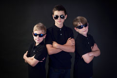 Tres hombres jovenes en negro Fotografía de archivo